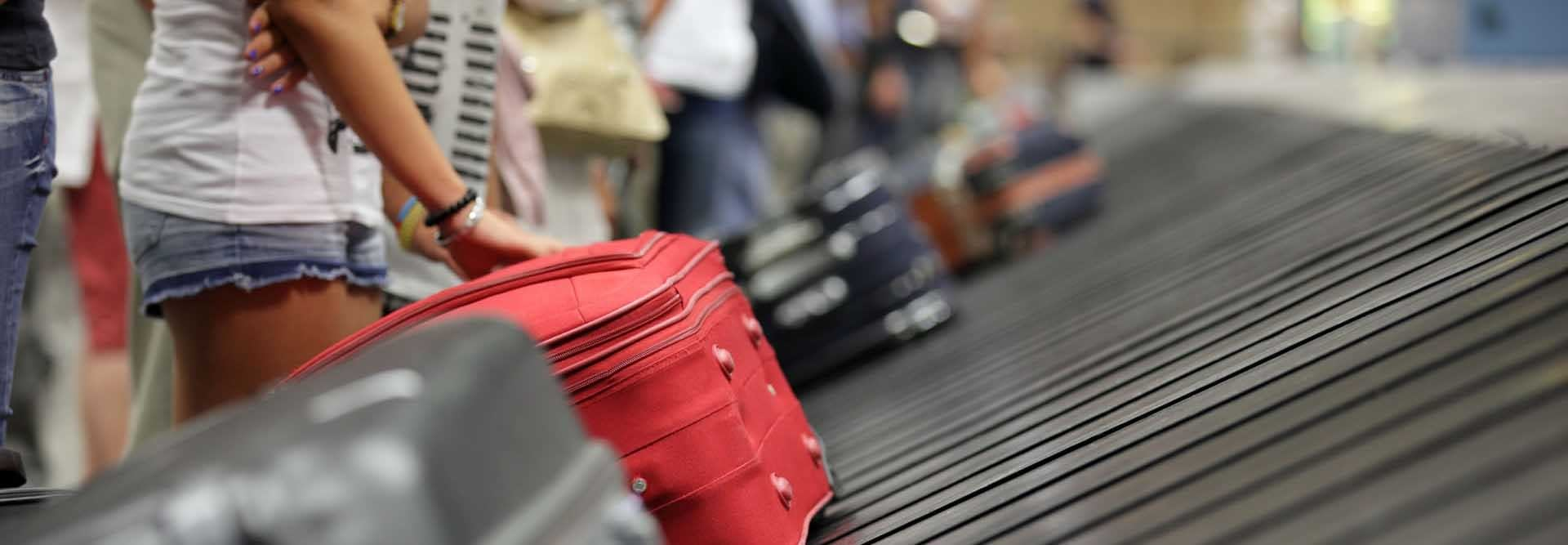 imagen maleta en cinta de equipaje de aeropuerto